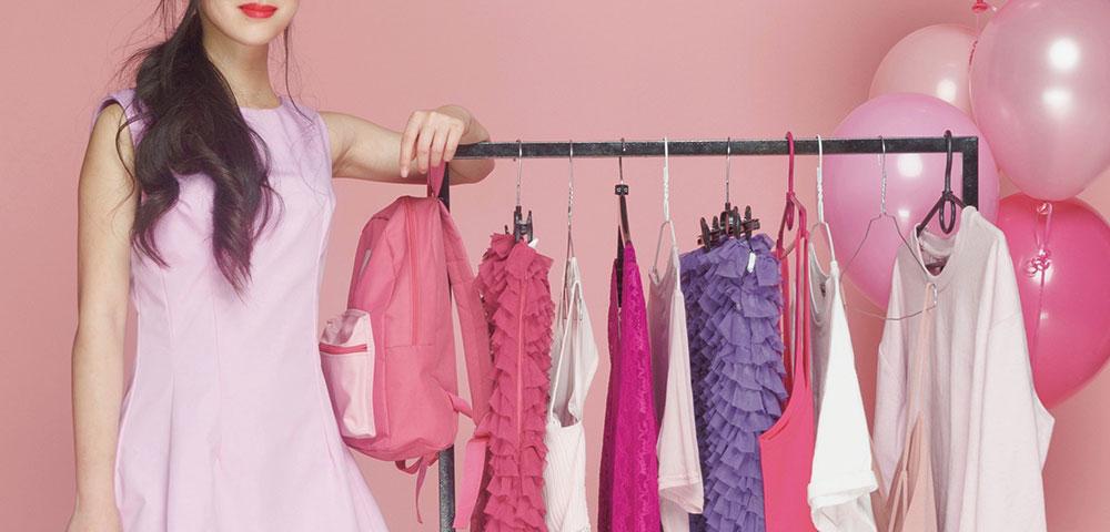 ピンクに囲まれるファッショナブルな女性